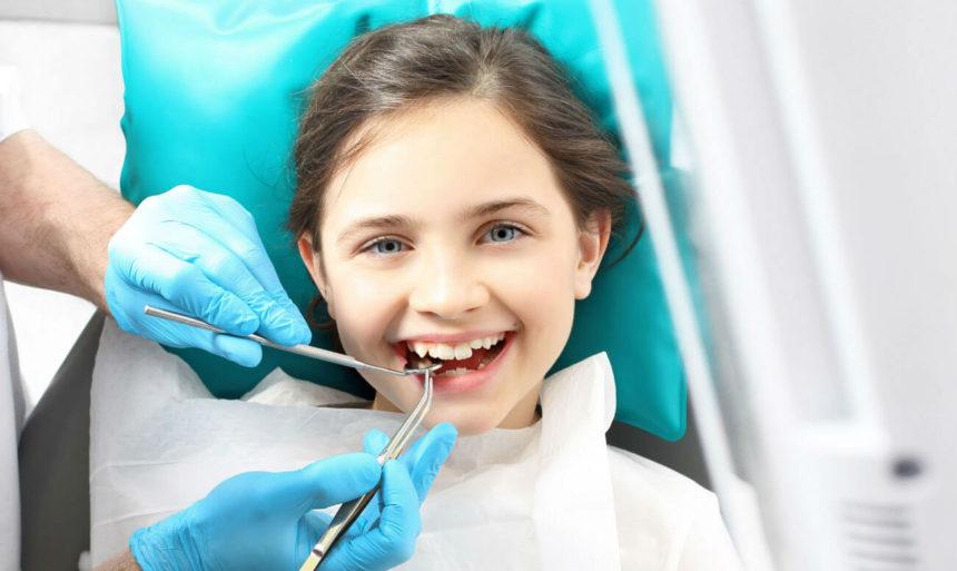 Чому підлітка все ж таки потрібно лікувати у дитячого стоматолога?