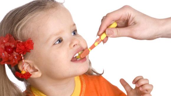 Коли потрібно починати доглядати за зубами дитини?