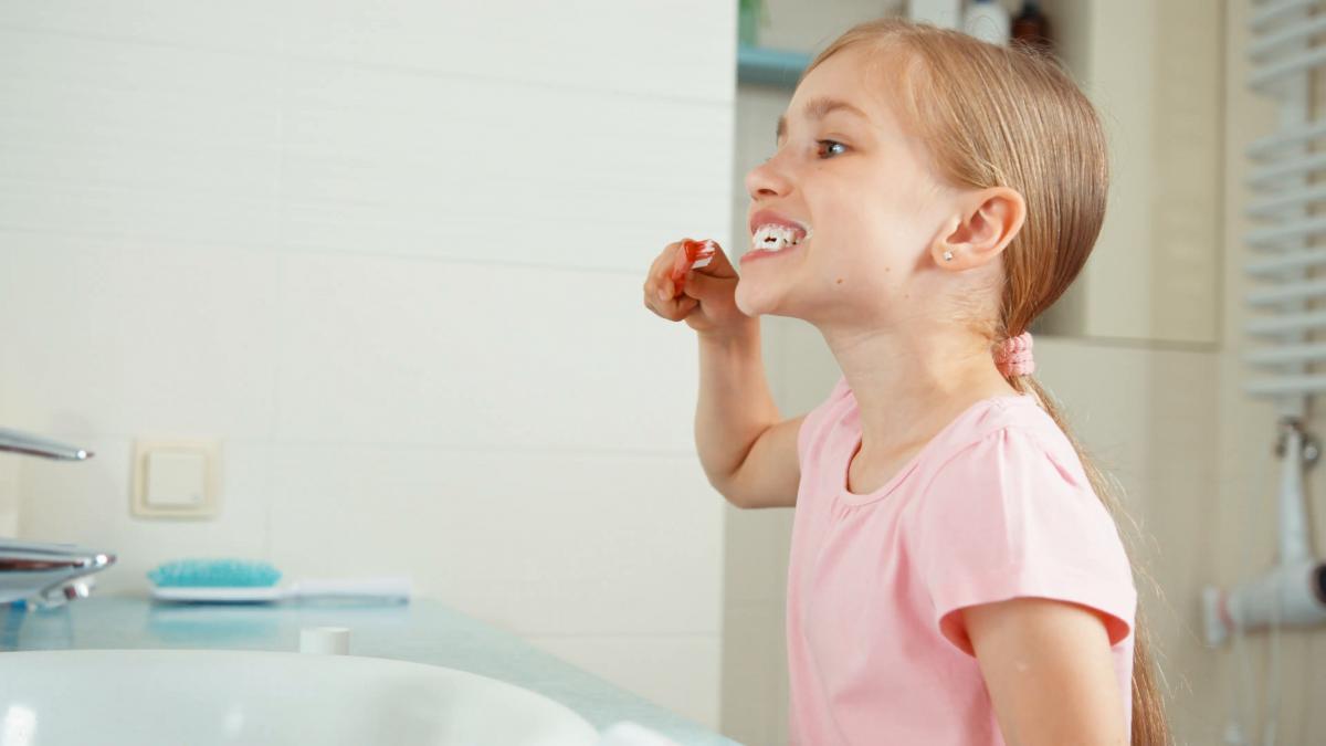 Як вибрати першу зубну щітку для дитини? 5 головних чинників